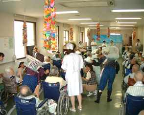 下関市の桃崎病院では、患者様にリハビリとかねて、楽しみながらのレクリエ-ションを病院全体で季節ごとに行っております。